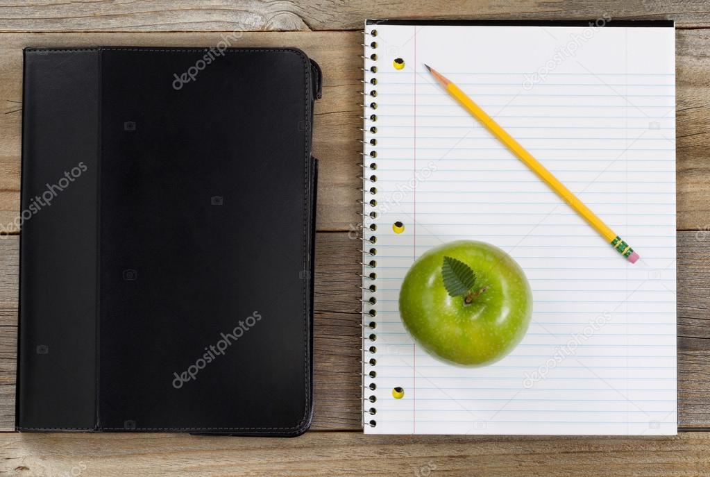 Eenvoudige accessoires voor school of op kantoor op rustieke