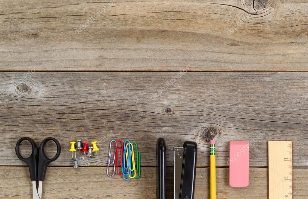 Basis school of kantoor levert op rustieke houten planken