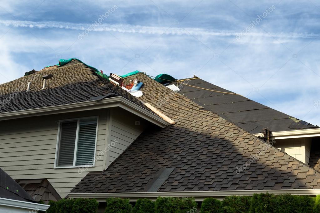 casa con techo siendo reemplazado mostrando nuevas tejas papel fieltro y cielo azul de fondo u foto de tab
