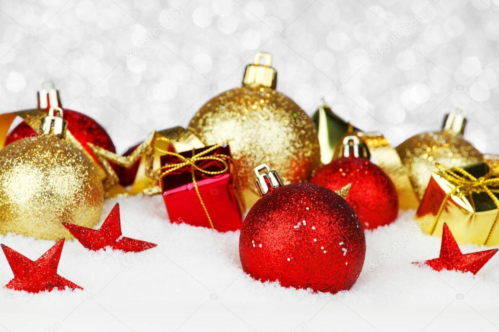 Kerstdecoraties Met Rood : Kerstdecoraties in sneeuw u2014 stockfoto © yellow2j #57474767