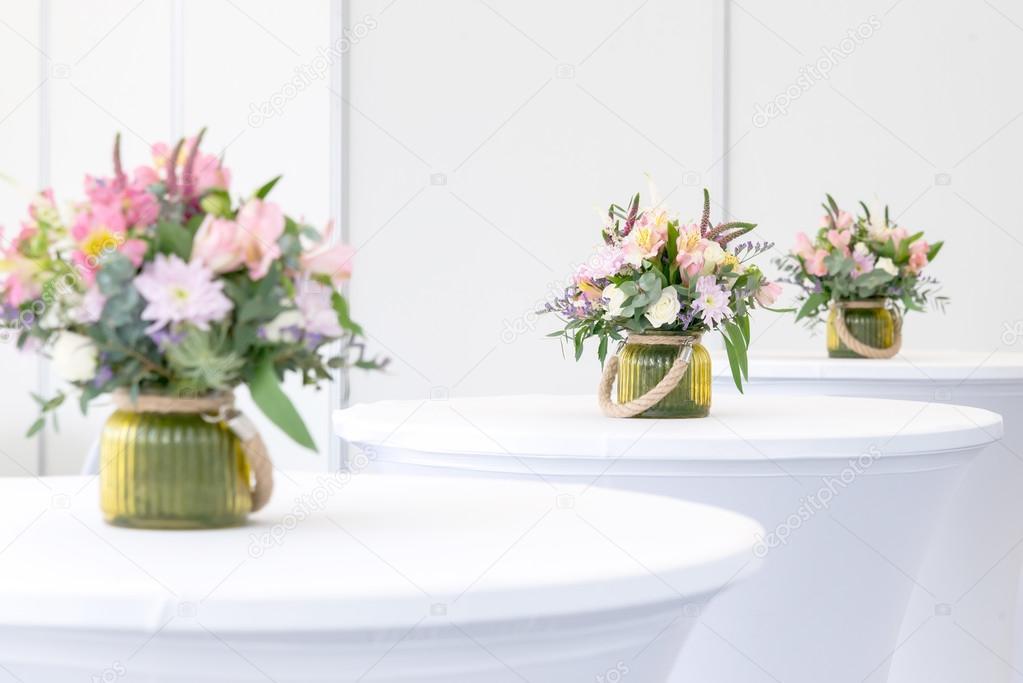 schöne Blumen-Arrangement auf weiße festliche Tafel — Stockfoto ...