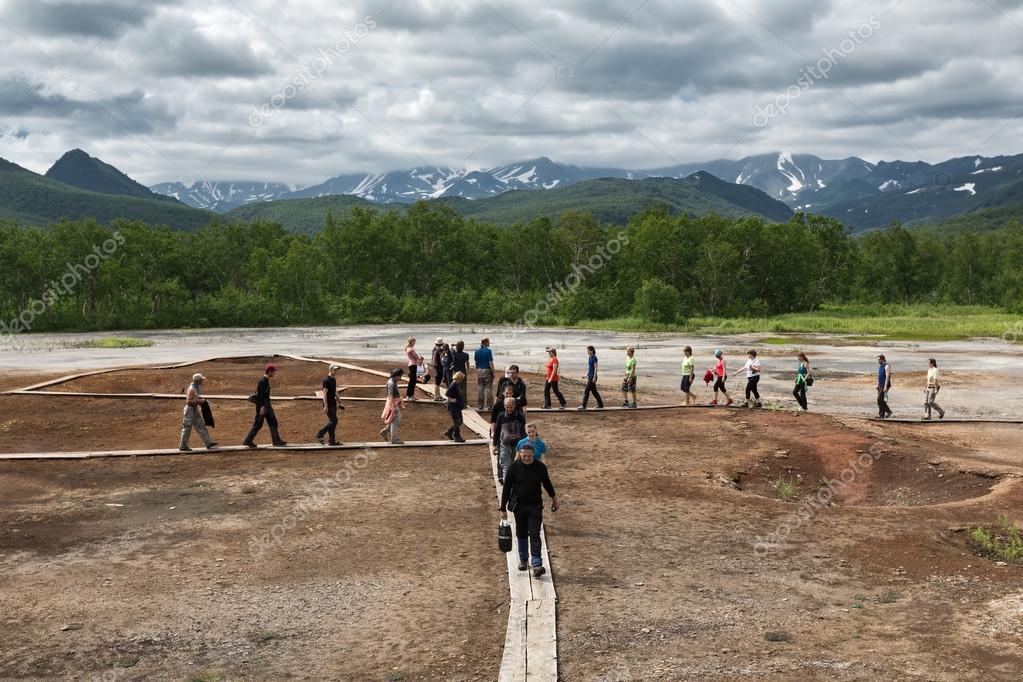 Touristen gehen auf Thermal Pad Kessel. Nalychevo, Kamtschatka ...