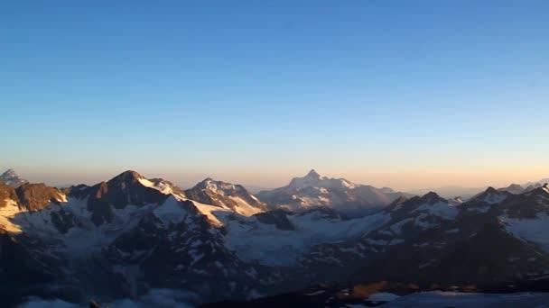 Panorama z horských vrcholů v zapadajícího slunce, Veličenstvo a krásu z Kavkazu