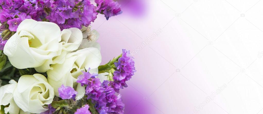 Weiße Rosen mit lila Blumen bouquet — Stockfoto © marrakeshh #105390752