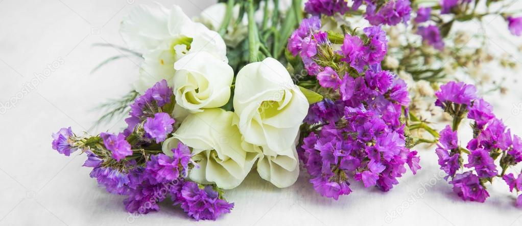 Weiße Rosen mit lila Blumen bouquet — Stockfoto © marrakeshh #105390782