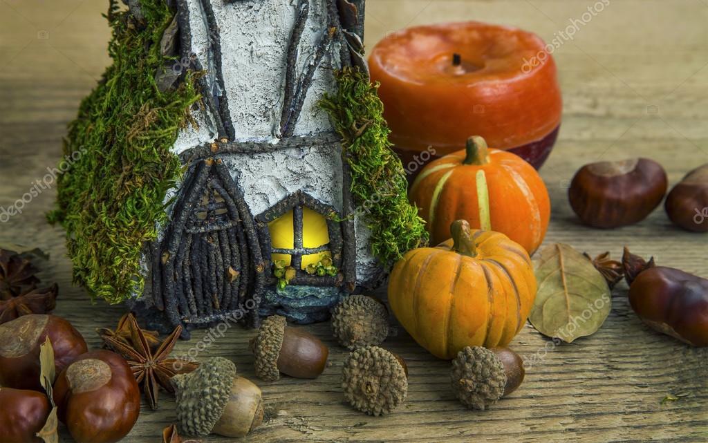 Decorazioni Autunnali Per La Casa : Decorazione di autunno con le ghiande zucche e casa delle fate