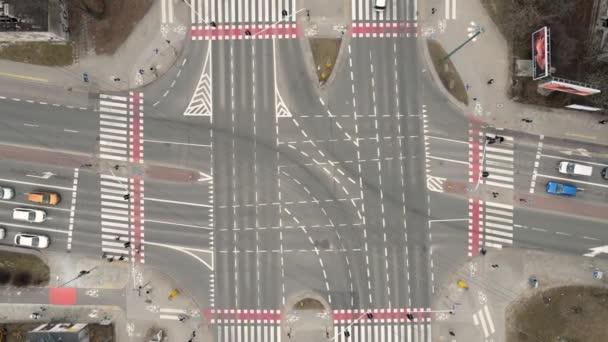 drone záběry, auta řídit na křižovatce ve městě