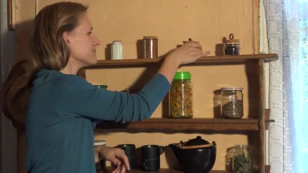 Žena rozházet koření Hřebíček do dlaně a cítit s radostí