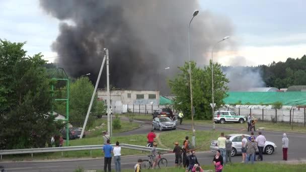 černý kouř vzestup ze starého skladu města, policie evakuovat lidi. 4k