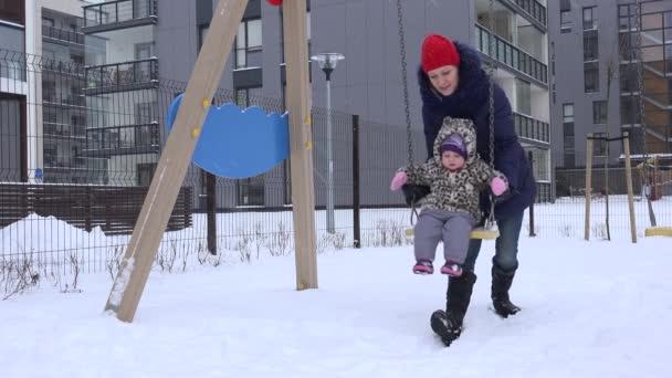 Ragazza di donna carina famiglia felice madre con bambino ragazza giocando, oscillante. 4k