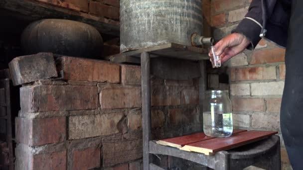 Köylü Adam Doldurun Cam Ev Yapımı Yasadışı Alkol Ile Eller 4k