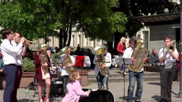 utcai zenész zenészek játszó zenekar a fúvós hangszerek utcai
