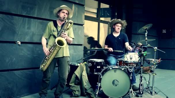 Vášnivé muže hrající baryon saxofon a bicí