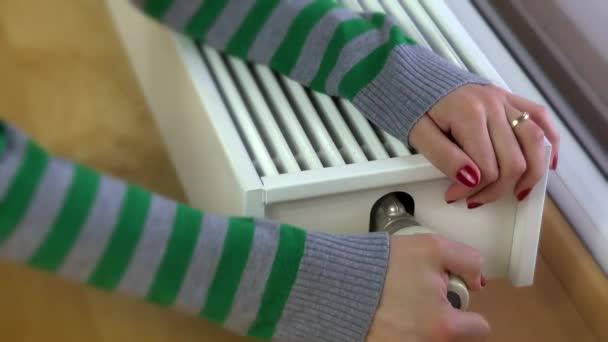 dívka oteplování ruce na moderní chladič doma