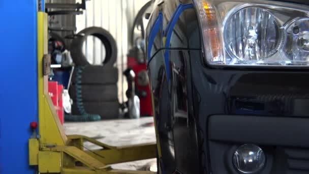 auto zdvihněte auto v garáži čerpací stanice