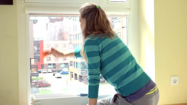 Hospodyňka žena čisté okno hadr