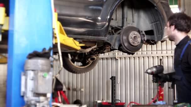 mužské mechanik s cigaretou, opravy auto brzdový systém