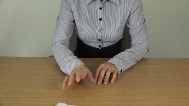 Frauenhände zählen Geldscheine in Umschlägen. 4k