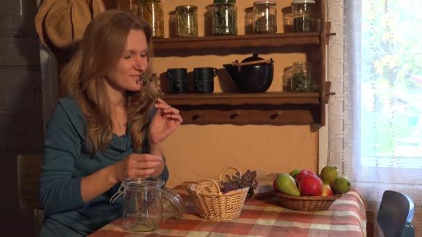 Mladý sběratel žena připravit oreganem majoránka byliny na zimní čas. 4k
