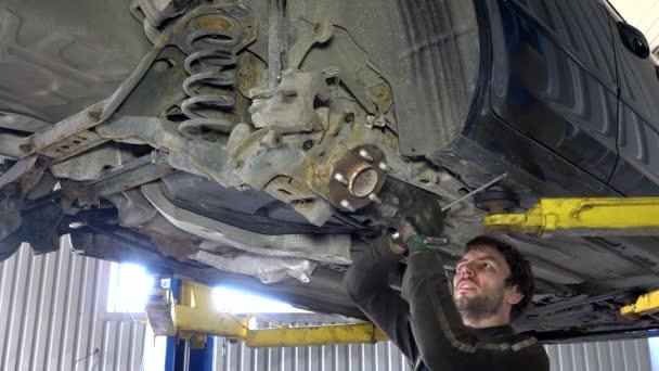 Zběhlého odstranění opotřebovaných dílů v garáži pod automobil.