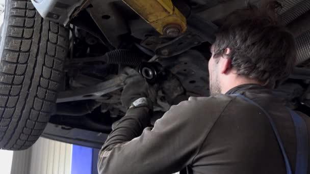 Mechanik Namontujte nové kolo stabilizační systém část pod zdviženým automobil.