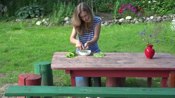 Auf einem Holztisch liegen grüne, gesunde Erbsen. 4k