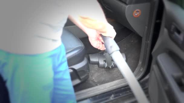 Detailní čištění auto s Hooverkou člověka