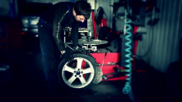 mechanika použití nástroje pro montáž pneumatik.