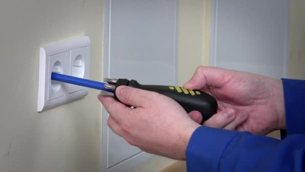 Mani dellelettricista installare prese elettriche