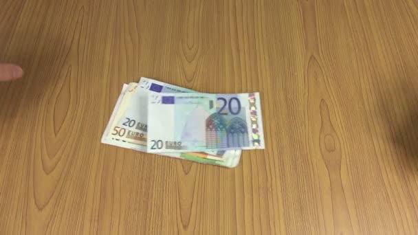 Domácí muž hrabě hotovostní peníze eurobankovky na stole. 4k