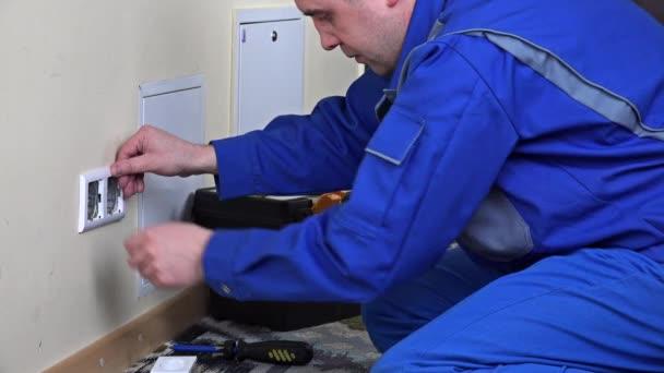 elektrikář muž instalace zásuvky