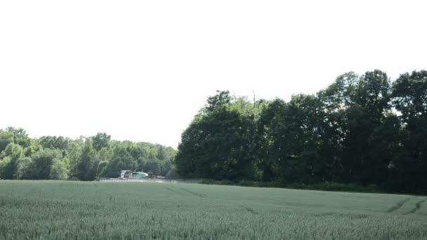 stříkací stroje hnojení pšenice plodin rostlinné pole poblíž forest