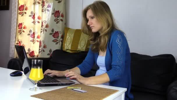 online vásárlás, hitel-kártya és a laptop. Üzletasszony