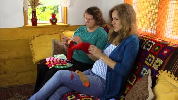 šťastné těhotné vnučkou trávit čas plést s starší žena