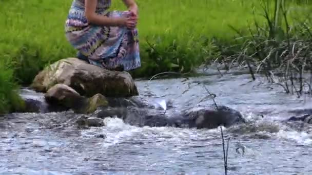 nő zömök kő, fuss hajó gyorsan áramló folyó park