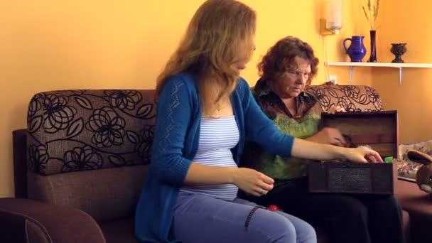babička Ukázat její těhotná vnučka šperky od retro hrudníku