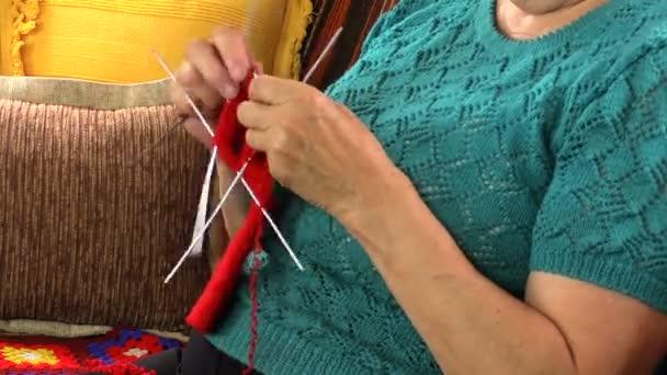 babička ručně pletené ponožky s pěti jehlou, zblízka.