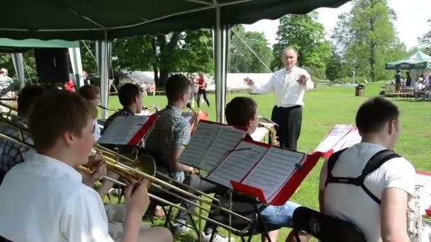Bigband Orchester unter der Leitung von spielen jazz