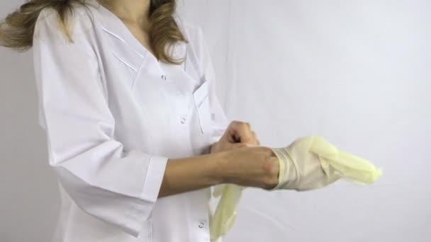 Sestra ruku dát sterilní zdravotnické rukavice, stát