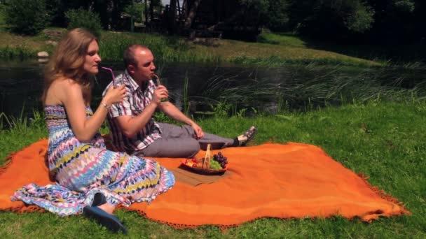 Pár italt, eat fahéj zsemle, kockás patak. Nyári piknik