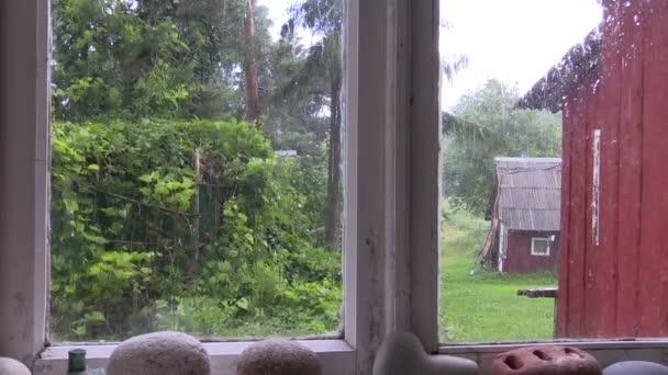 Deštivý den z okna venkovské usedlosti