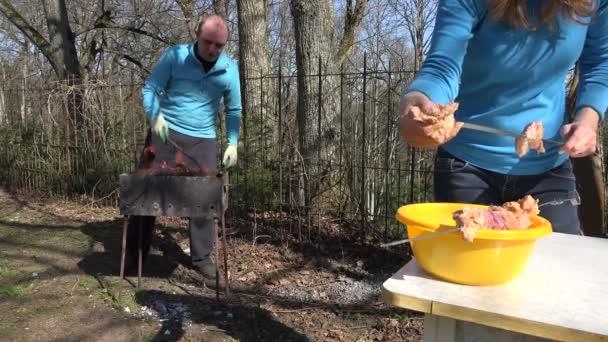 Ženská ruka se syrové maso kořeněné a dal na kov plivat. 4k