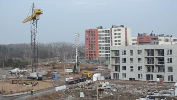 Průmyslové stavby s pracovníky a jeřáb