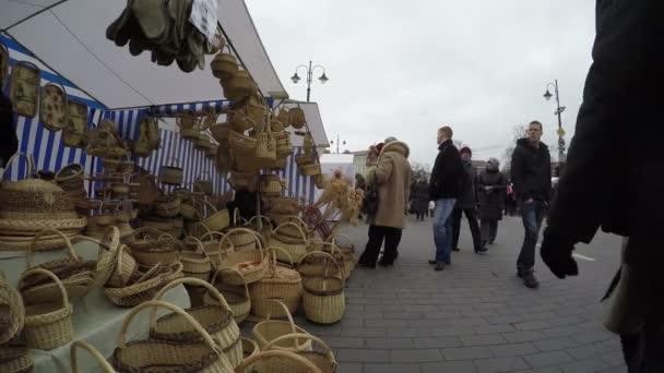 ručně vyráběné proutěné koše prodává na trhu spravedlivé a lidé