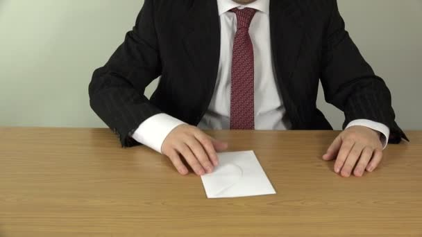 podnikatel ruky počítat peníze hotovosti eurobankovek v obálce. 4k