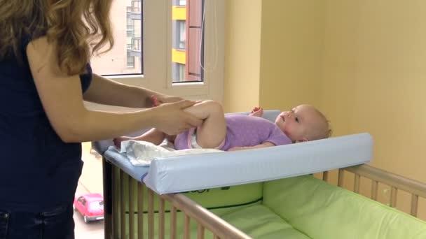 matka se léčebná masáž pro dítě na palubě zavinout dítě