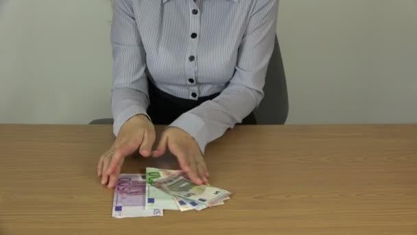 podnikání žena brát a držet hotovost eurobankovek v rukou. 4k