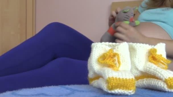 vlněná obuv pro novorozence a těhotná žena hrát s hračky pro kočky