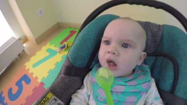 maminka krmí holčička ze lžíce s ovocem evily. 4k