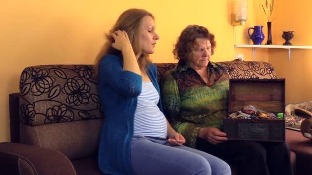 starý starší babička show dívka její retro šperkovnice hrudníku